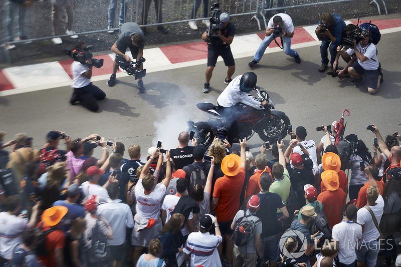 Lewis Hamilton, Mercedes AMG F1, en su moto