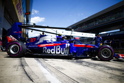 Pierre Gasly, Toro Rosso STR13, heads to the grid