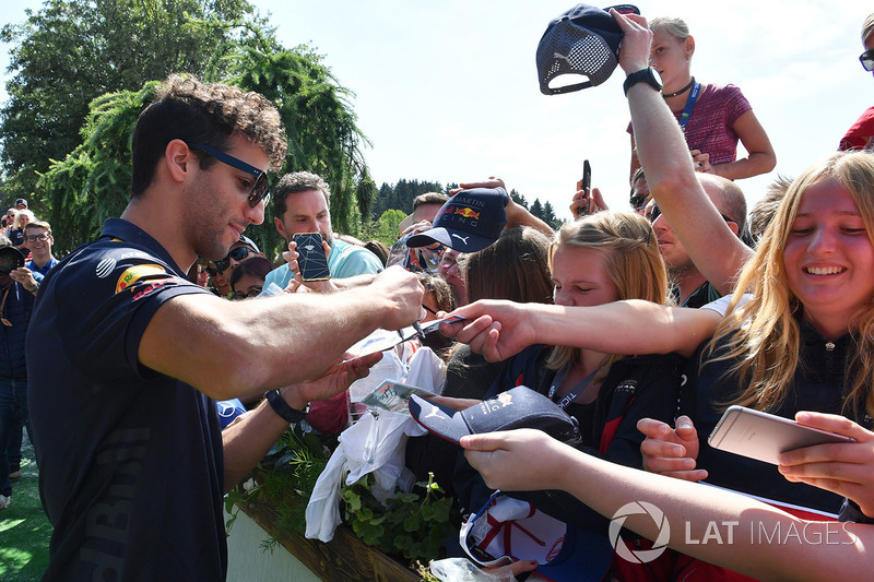 Daniel Ricciardo, Red Bull Racing signe des autographes pour les fans