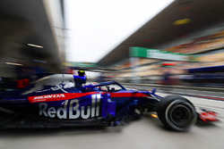 Pierre Gasly, Toro Rosso STR13 Honda, leaves the garage