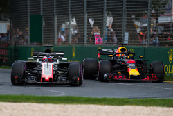 Romain Grosjean, Haas F1 Team VF-18 et Daniel Ricciardo, Red Bull Racing RB14 en lutte