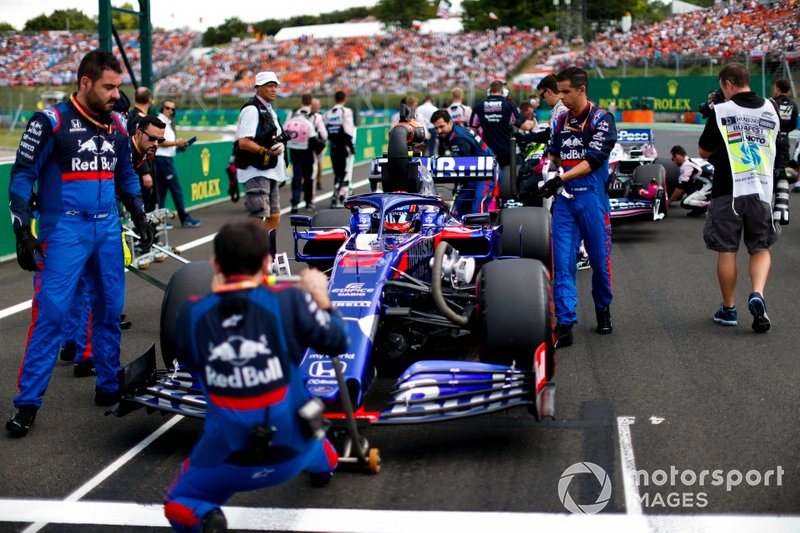 Alexander Albon, Toro Rosso STR14, on the grid with mechanics