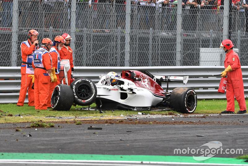 El coche accidentado de Marcus Ericsson, Alfa Romeo Sauber C37 in FP2