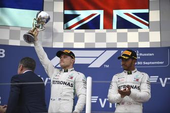 Valtteri Bottas, Mercedes AMG F1 et Lewis Hamilton, Mercedes AMG F1 avec leurs trophées sur le podium