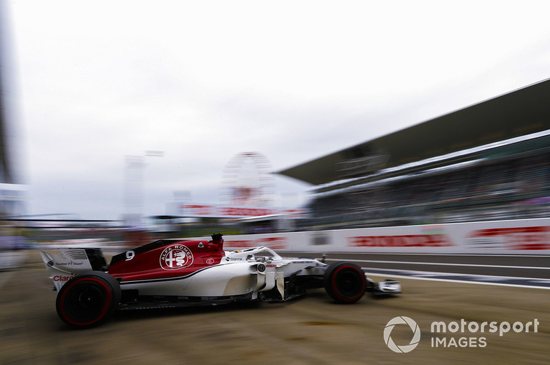 Marcus Ericsson, Sauber C37, leaves the garage
