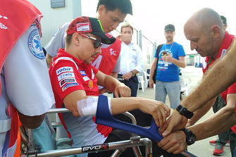 Jorge Lorenzo, Ducati Team, viene portato in ospedale dopo l'incidente