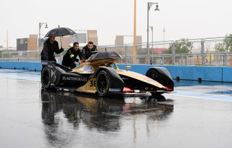 Mechanics push Andre Lotterer car, DS TECHEETAH, DS E-Tense FE19 down the pit lane