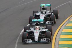 Lewis Hamilton, Mercedes AMG F1 Team W07 lidera a su compañero Nico Rosberg, Mercedes AMG F1 Team W0