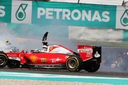 Sebastian Vettel, Ferrari SF16-H y Nico Rosberg, Mercedes AMG F1 W07 Hybrid chocan en el inicio de l