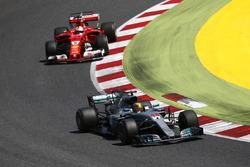Lewis Hamilton, Mercedes AMG F1 W08; Sebastian Vettel, Ferrari SF70H