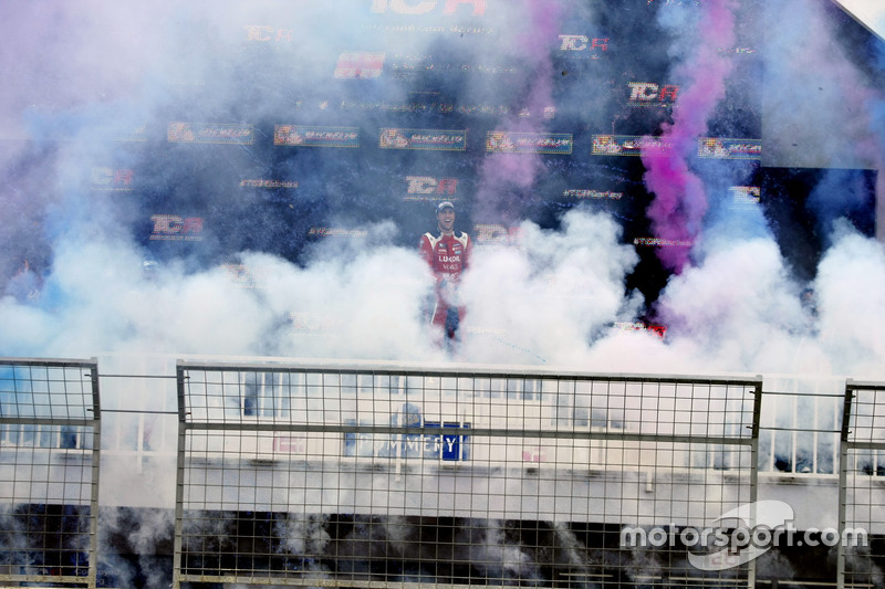 Ganador de la carrera Pepe Oriola, Lukoil Craft-Bamboo Racing, SEAT León TCR
