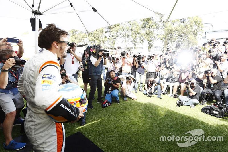 Fernando Alonso, McLaren, mit Fotografen