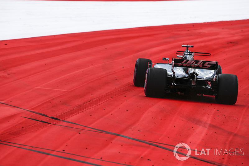 Ромен Грожан, Haas F1 Team VF-17, у зоні вильоту