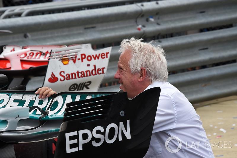 Charlie Whiting, delegado de la FIA ve el ala trasero de Mercedes-Benz F1 W08 en parc ferme