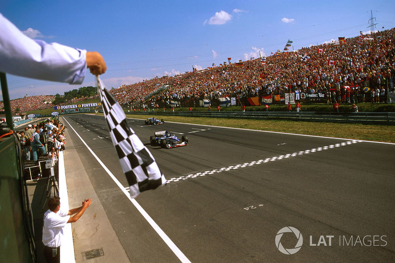 Деймон Хілл (Arrows A18 Yamaha) перетинає фінішну смугу