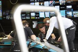 Trabajo de los ingenieros de Mercedes en el coche de Valtteri Bottas, Mercedes AMG F1 W08