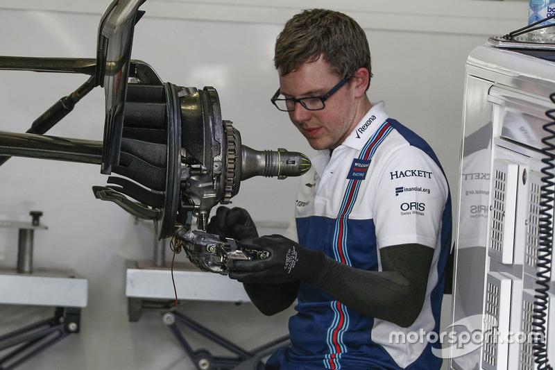 Williams FW40 rear wheel hub detail