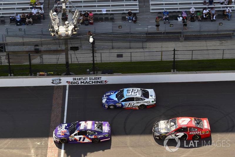 Denny Hamlin, Joe Gibbs Racing Toyota, JJ Yeley, Tommy Baldwin Racing Chevrolet