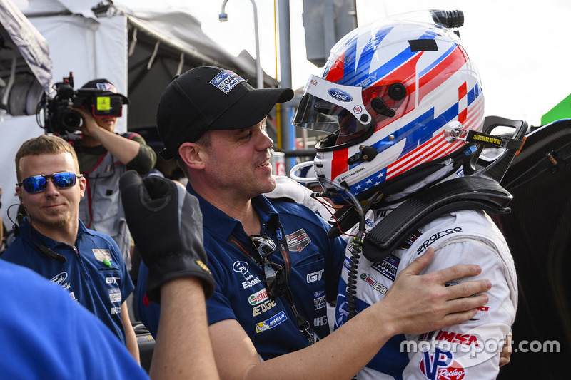 Pole GTLM, Joey Hand, Ford Performance Chip Ganassi Racing celebra con Dirk Müller