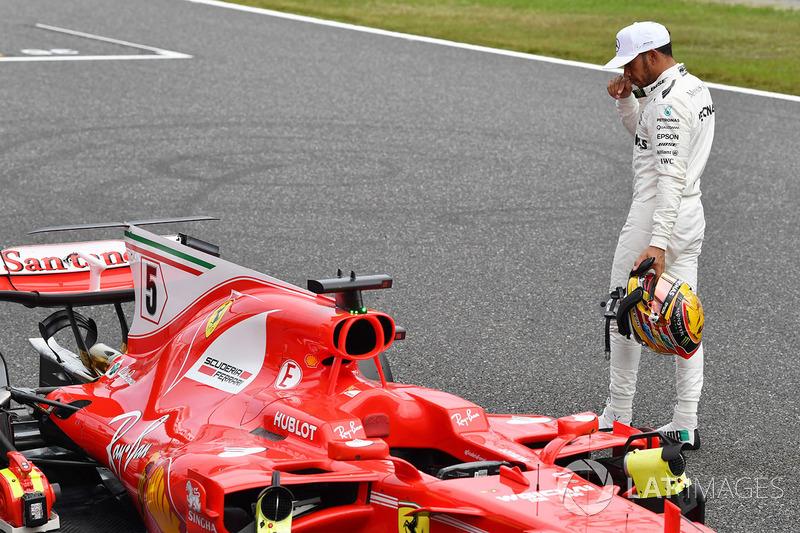 Lewis Hamilton, Mercedes AMG F1 regarde la Ferrari SF70H dans le Parc Fermé