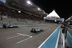 Ganador de la carrera, Mercedes AMG F1 W07 Hybrid cruza la línea de meta al final de la carrera con