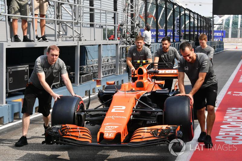 McLaren mechanics push McLaren MCL32