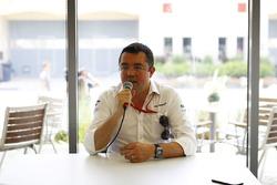 Ерік Бульє, гоночний директор McLaren, проводить прес-конференцію