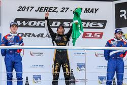 Подиум: победитель Пьетро Фиттипальди, Lotus, второе место – Егор Оруджев, SMP Racing, третье место