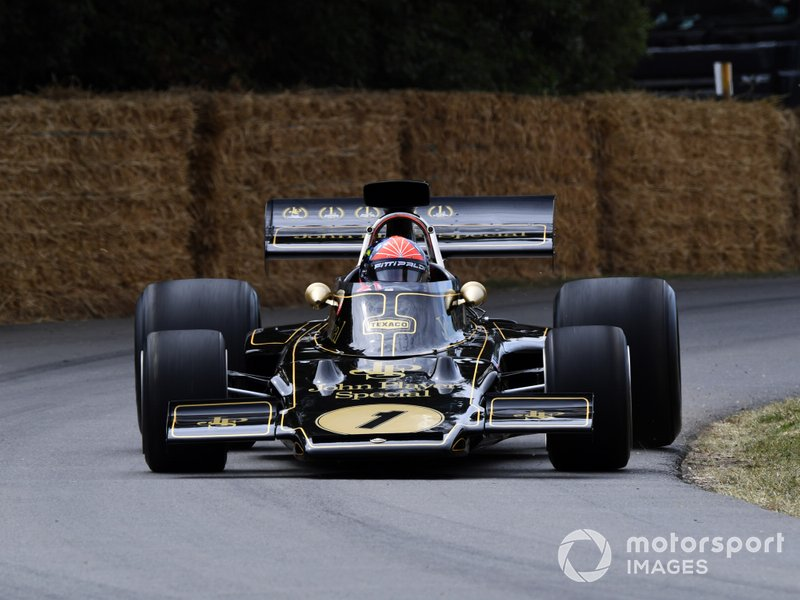 Emerson Fittipaldi in zijn oude Lotus op Goodwood.