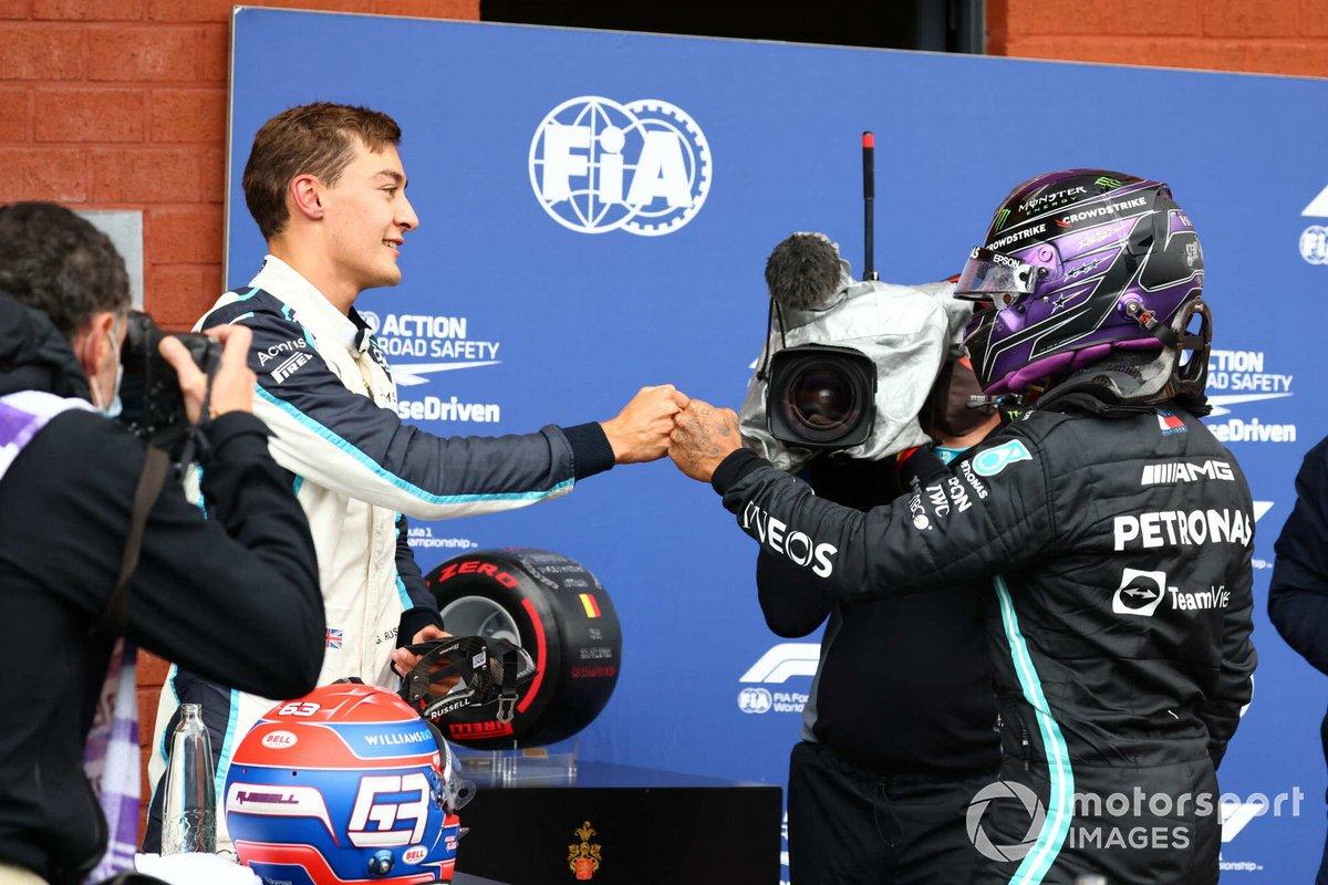 George Russell, Williams y Lewis Hamilton, Mercedes, se felicitan en el Parque Cerrado tras la clasificación