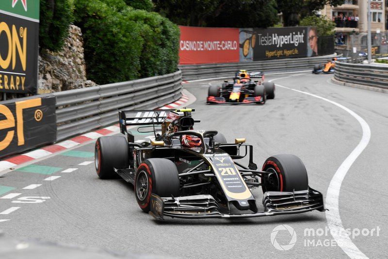Kevin Magnussen, Haas F1 Team VF-19, leads Pierre Gasly, Red Bull Racing RB15