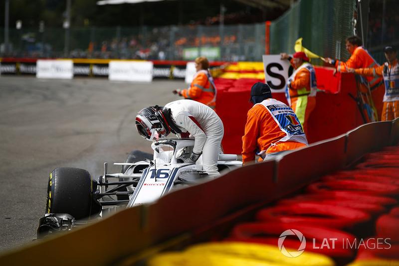 Шарль Леклер, Sauber C37, сходить на першому колі після контакту з Фернандо Алонсо, McLaren