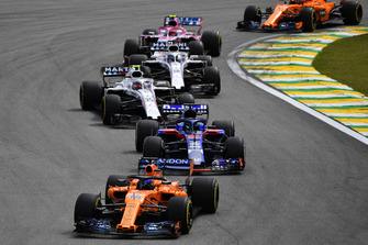 Fernando Alonso, McLaren MCL33 leads Brendon Hartley, Scuderia Toro Rosso STR13, Sergey Sirotkin, Williams FW41, Lance Stroll, Williams FW41 and Esteban Ocon, Racing Point Force India VJM11
