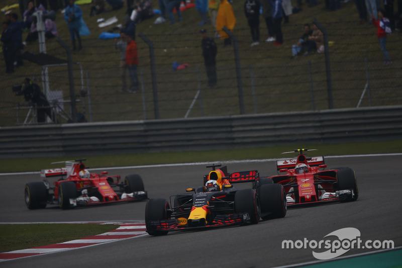 Daniel Ricciardo, Red Bull Racing RB13; Kimi Räikkönen, Ferrari SF70H; Sebastian Vettel, Ferrari SF70H