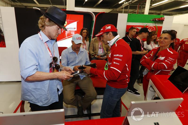 Owen Wilson y Woody Harrelson reciban un recorrido por el garaje de Ferrari de Sergio Marchionne director ejecutivo Fiat Chrysler y Presidente de Ferrari