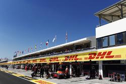 Daniel Ricciardo, Red Bull Racing RB13, dans les stands