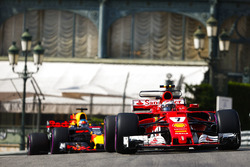 Кими Райкконен, Ferrari SF70H, и Даниэль Риккардо, Red Bull Racing RB13