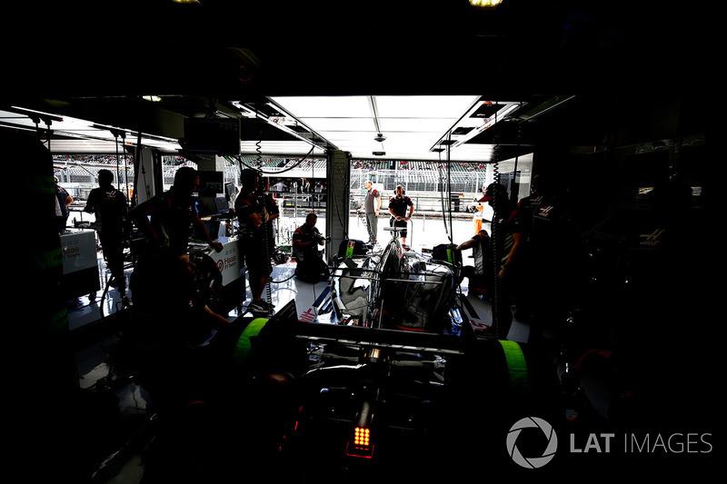 Las luces están apagadas en el garaje del equipo de F1 de Haas