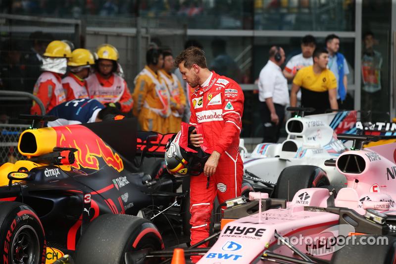 Гран Прі Китаю. Себастьян Феттель, Ferrari, та Red Bull Racing RB13 у закритому парку