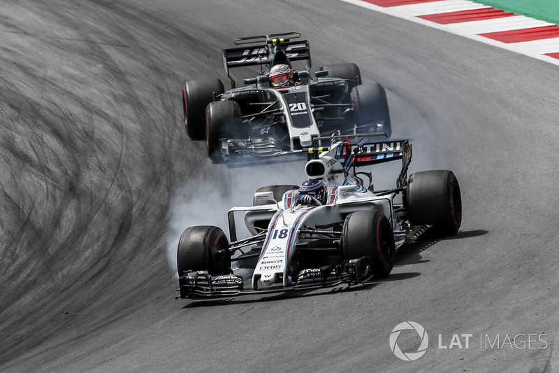Lance Stroll, Williams FW40 ve Kevin Magnussen, Haas F1 Team VF-17