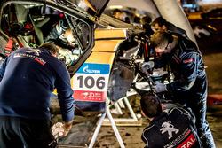 Mecánicos trabajando en el coche de #106 Peugeot Sport Peugeot 3008 DKR: Stéphane Peterhansel, Jean-