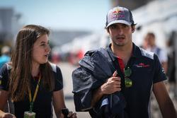 Carlos Sainz Jr., Scuderia Toro Rosso y la encargada de prensa Tabatha Valles, Scuderia Toro Rosso