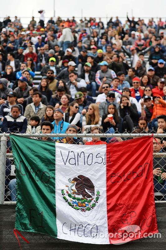 Des fans dans les tribunes avec un drapeau mexicain