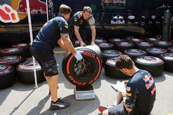 Механіки Red Bull Racing зважують шини