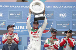 Podium: racewinnaar Rob Huff, Honda Racing Team JAS, Honda Civic WTCC, tweede plaats Norbert Micheli