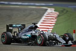 Lewis Hamilton, Mercedes AMG F1 W07 Hybrid met een beschadigde auto