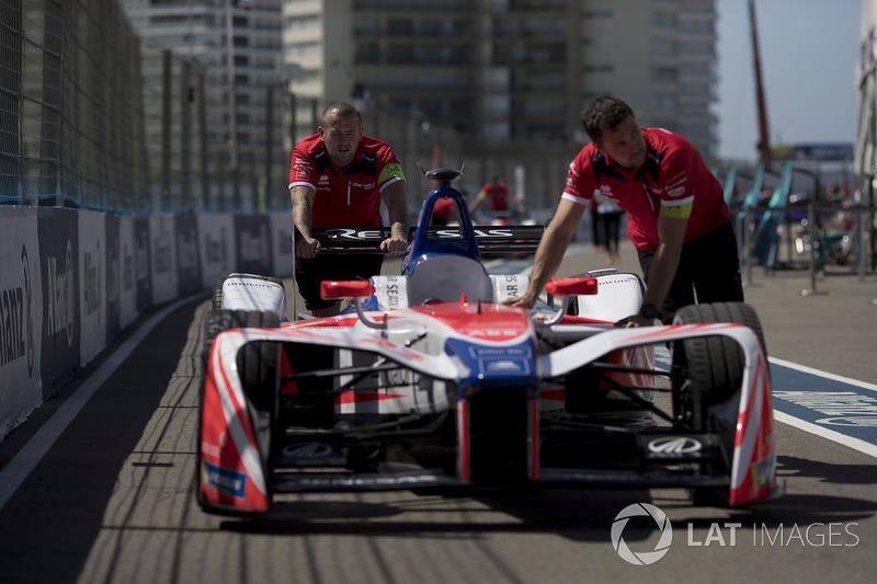Mechanics push the car of Nick Heidfeld, Mahindra Racing