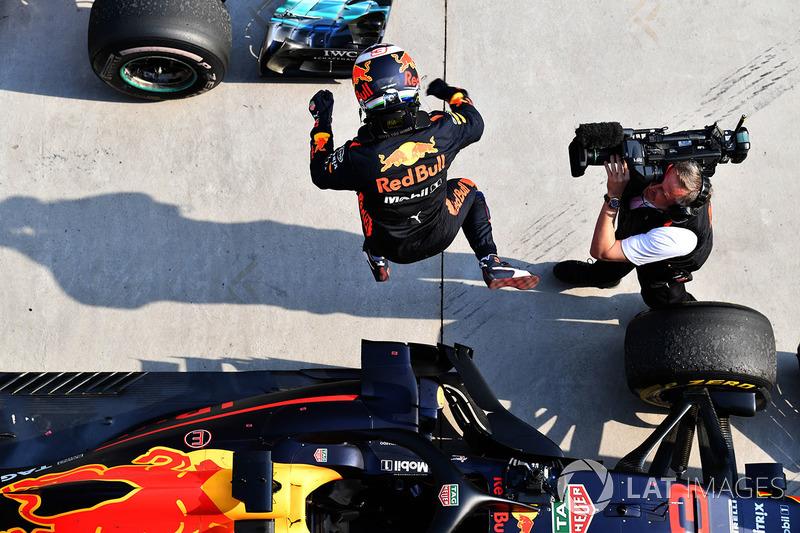 Il vincitore della gara Daniel Ricciardo, Red Bull Racing RB14 festeggia nel parco chiuso