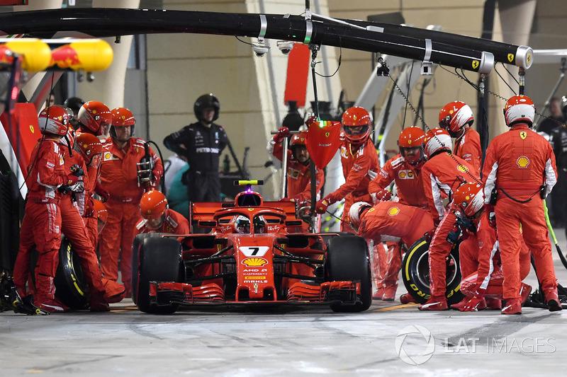Kimi Raikkonen, Ferrari SF71H menabrak mekanik saat meninggalkan kotak pit