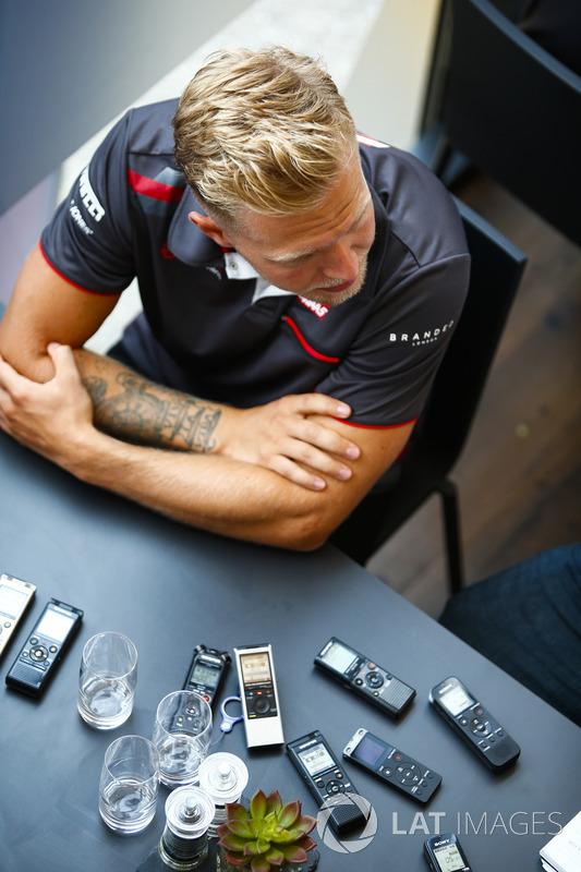 Kevin Magnussen, Haas F1 Team, con los medios